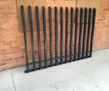 Metalinių strypų tvoros segmentas